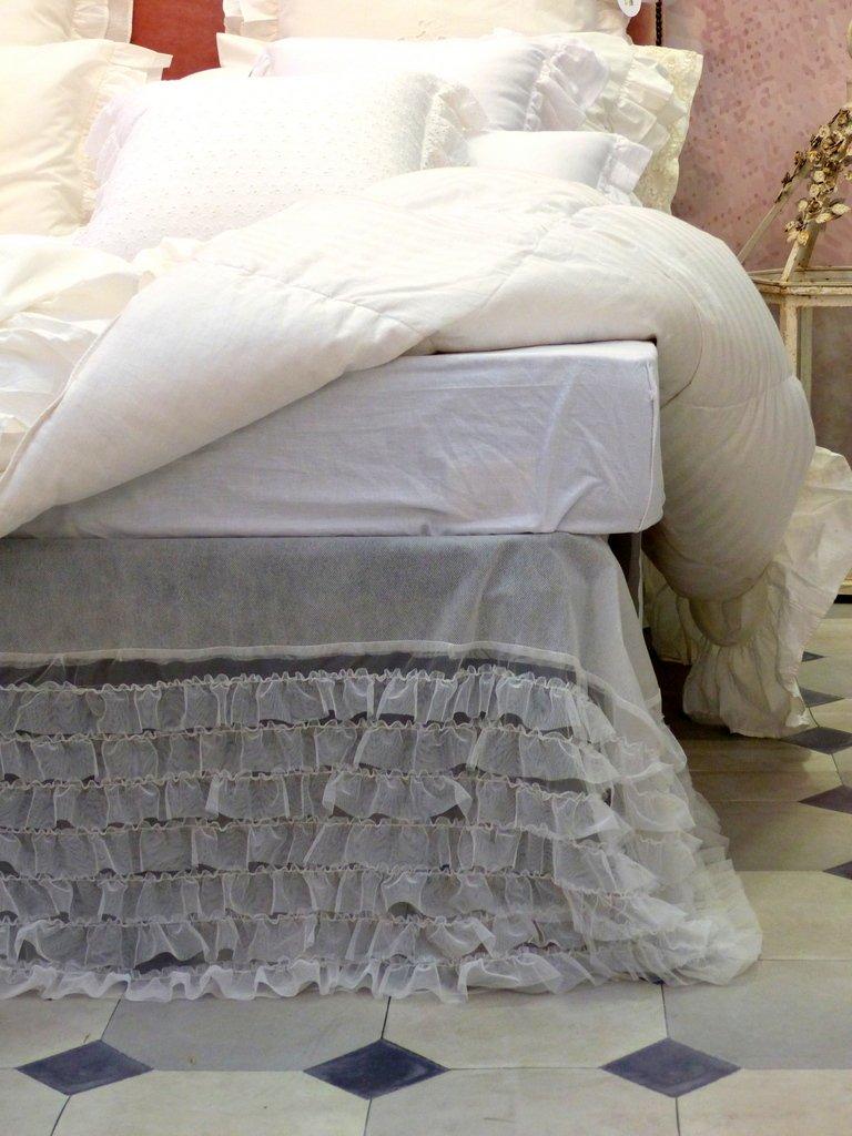 Vestiletto shabby chic di Blanc Mariclo, con piccole ruches